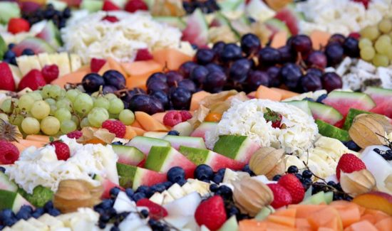 Buffet mit Melonen und anderes Obst