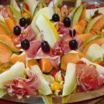 Lecker angerichtete Melonenstücke mit Schinken