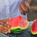 Wassermelone in Stücke schneiden