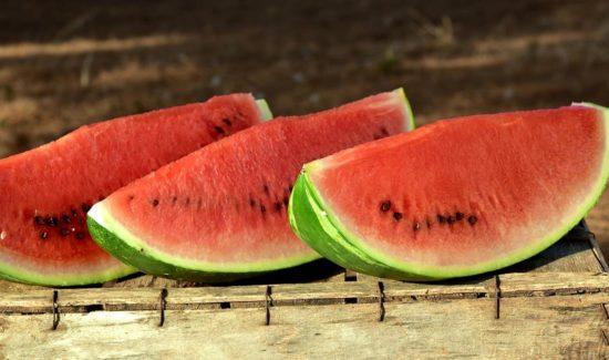 Wassermelonen Stücke auf einer Holzkiste
